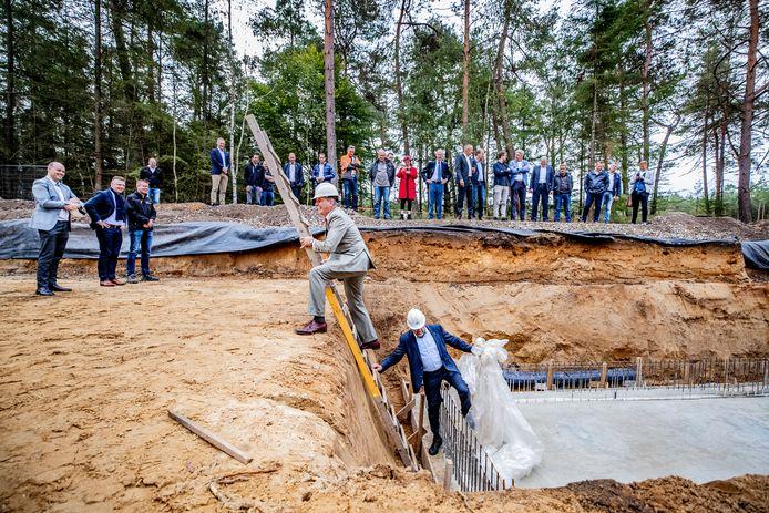 Oorlogsgravenstichting-directeur Theo Vleugels (r) en Seger Emmanuel baron van Voorst tot Voorst (Stichting Nationale Veteranenbegraafplaats Loenen) hebben de aftrap verricht van de bouw van het nieuwe infocentrum in Loenen.
