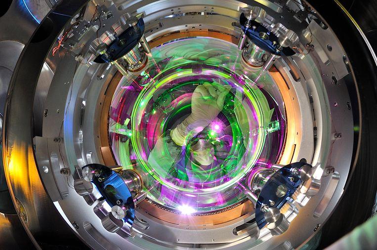 Een technicus werkt aan een van de halfdoorlatende spiegels in de lasertunnel van de Virgo-detector in Pisa. Beeld EGO-VIRGO