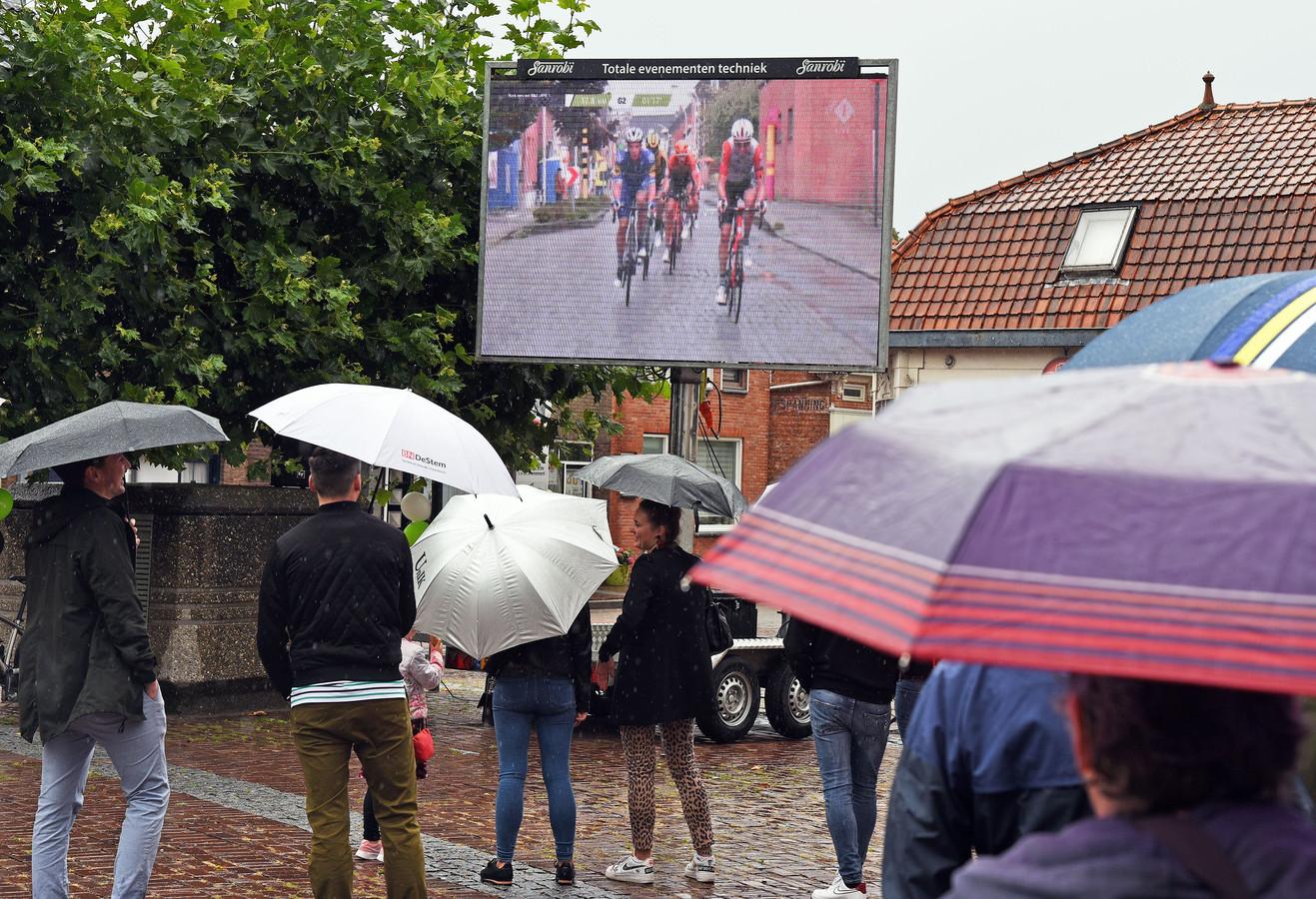 Op het Martje van Wardje in Sint-Jansteen konden de liefhebbers de etappe naar Hulst vorig jaar op een groot scherm volgen.
