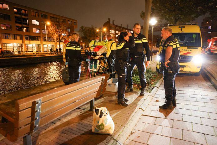 Vrouw valt in het water als ze met agenten praat in Eindhoven en moet in ambulance worden afgevoerd.