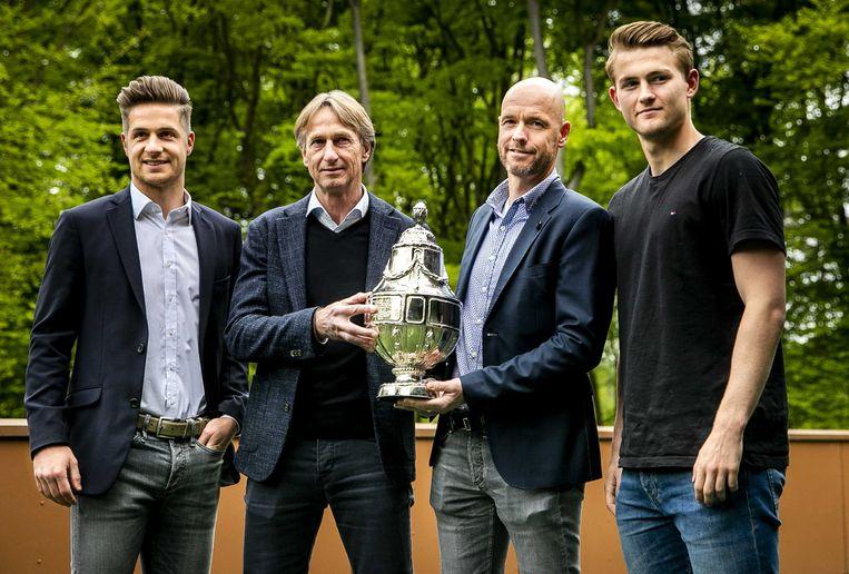 Vanaf links: Willem II-aanvoerder Jordens Peters, de trainers Adrie Koster en Erik ten Hag en Ajax-captain Matthijs de Ligt. Beeld ANP, Remko de Waal