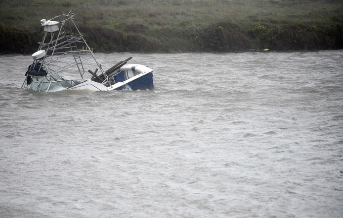 Un bateau coule dans le Packery Channel pendant l'ouragan Hanna à North Padre Island, Texas.