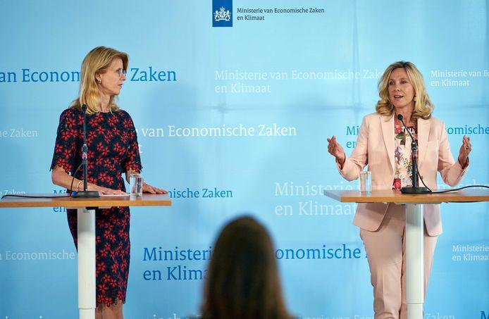 Staatssecretaris Mona Keijzer (Economische Zaken en Klimaat) en directeur-hoofdinspecteur Agentschap Telecom, Angeline van Dijk, dinsdag bij de persconferentie over de uitkomsten van de 5G-veiling.