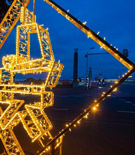 Lichtende Kogge-logo's aanvulling op kerstversiering boven de Oudestraat in Kampen