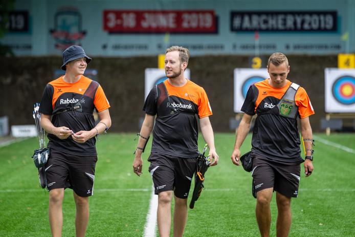 De Nederlandse recurveploeg met v.l.n.r. Sjef van den Berg, Rick van der Ven en Steve Wijler.