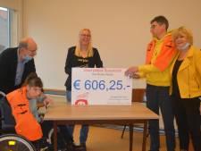 Gluurpietjes actie levert ruim zeshonderd euro op,  'Ons Klupke' in Herpen dolbij met gift