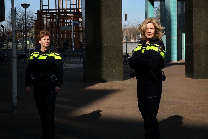 Districtschef Anja de Bruin (links) en waarnemend korpschef Karin Krukkert willen de belangrijkste politietaken tijdens de coronacrisis overeind houden. ,,De burger moet op ons kunnen blijven rekenen.''