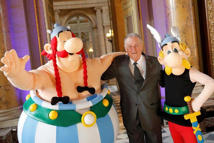 Uderzo, entouré par les personnages d'Obélix et Astérix, en 2015, à Paris