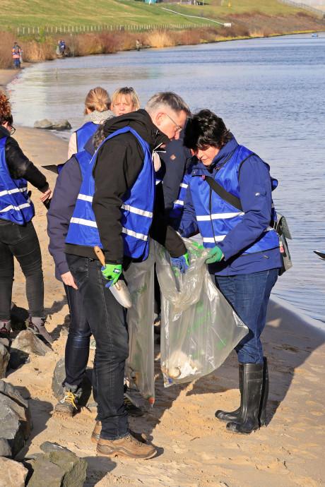 Deze 'blauwe hesjes' streven naar plasticvrije rivieren: 'We ergeren ons kapot aan zwerfafval'