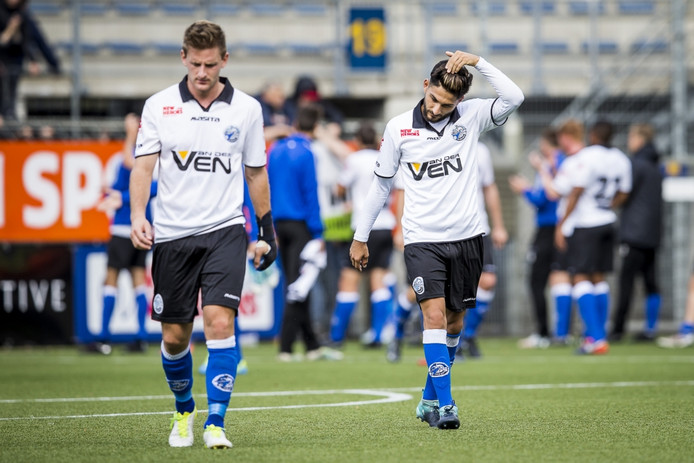 Teleurstelling bij FC Den Bosch-spelers Jens van Son (links) en Muhammed Mert na de late tegentreffer van RKC.