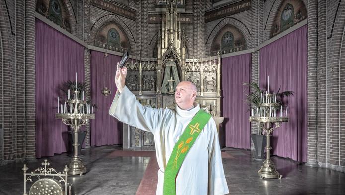 André van Aarle maakt een selfie in zijn kerk in Langeraar. ,,Ik laat veel van mijzelf zien om te tonen dat ik niet twee persoonlijkheden heb.''