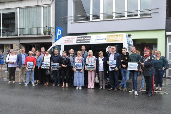 De lokale handelaars sponsoren het busje, en krijgen hun naam en logo er op.