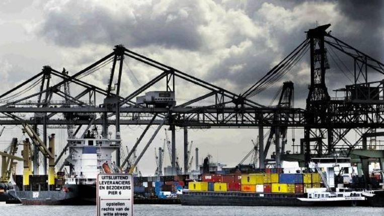 Nederland heeft een open economie en is afhankelijk van de export. De Rotterdamse haven is één van de poorten naar de wereld. (FOTO ROBIN UTRECHT, ANP) Beeld
