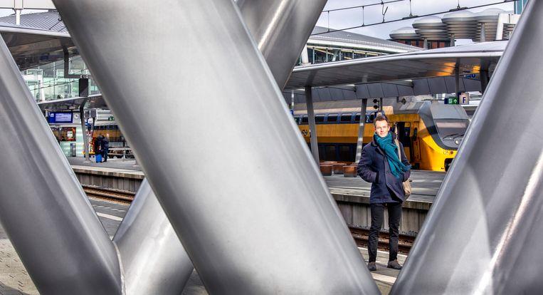 Ombudsman Bram Hansma onder de brug.  Beeld Raymond Rutting / de Volkskrant