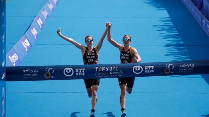 Britse triatletes gediskwalificeerd omdat ze hand in hand finishen, nummer drie wint olympisch testevenement