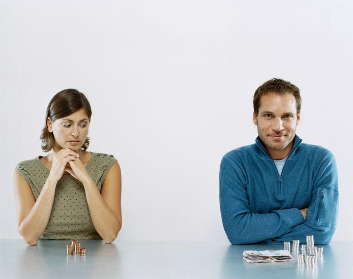 Vrouwen verdienen minder, maar zijn blijer met hun salaris dan mannen.