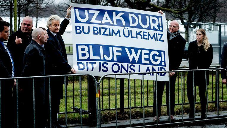 PVV-lijsttrekker Geert Wilders voert actie bij de Turkse ambassade. De protestactie is gericht tegen de campagne die de Turkse regering in Nederland wil houden. Beeld anp