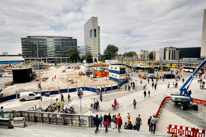 Op het Jaarbeursplein stoppen nu nog bussen, maar in de toekomst kunnen Utrechters er wandelen langs een vijver.