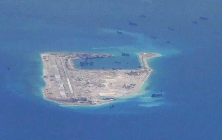 Chinese schepen op een van de omstreden eilanden. Beeld REUTERS