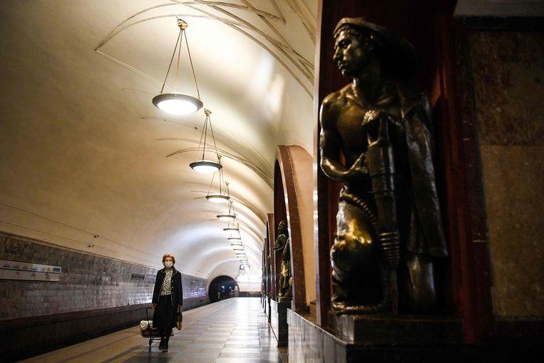 Een reiziger draagt een gezichtsmasker op het perron bij de metro.  Beeld AFP