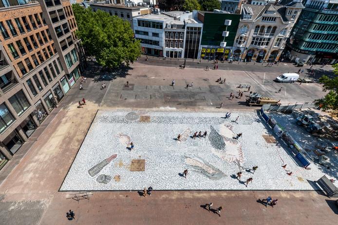 De aanleg van het mozaïek op het Vredenburgplein is in volle gang.