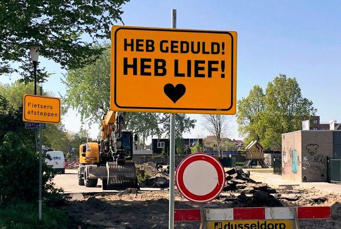 Bord bij wegwerkzaamheden in de gemeente Lingewaard. 'Geen hond die er wat van snapt.'