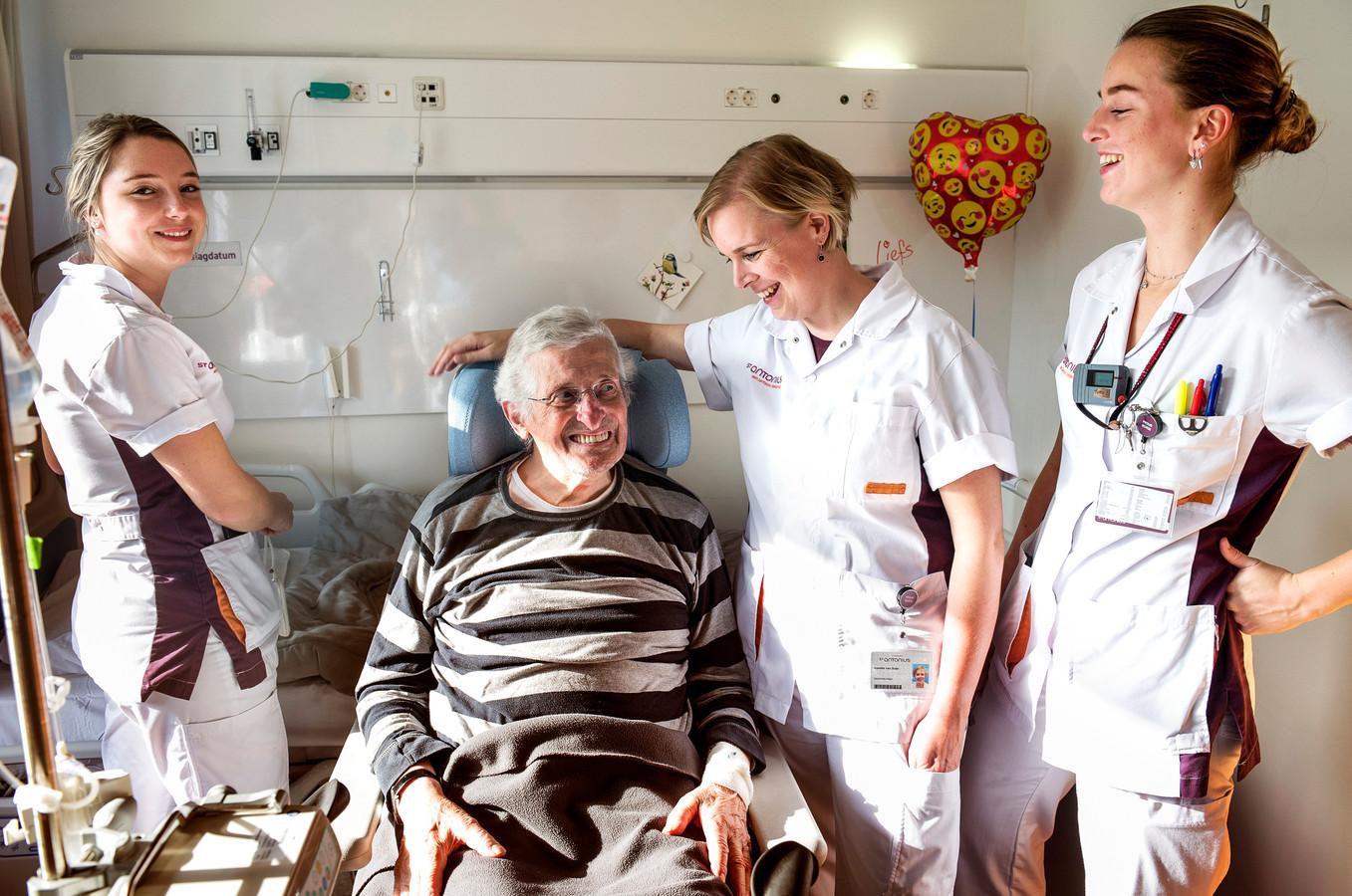 Verpleegkundige Annette van Duijn (tweede van rechts) met twee collega's aan 't werk in het St. Antonius Ziekenhuis.