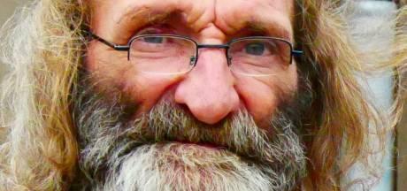 In memoriam: Bril, baardje en altijd een biertje, zwerver Hans zette nooit een stap buiten de stad
