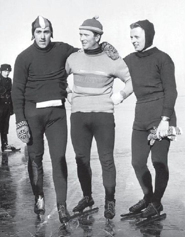 Het podium van de Elfmerentoch in Sneek in 1954. Van den Berg (r) werd derde. Beeld