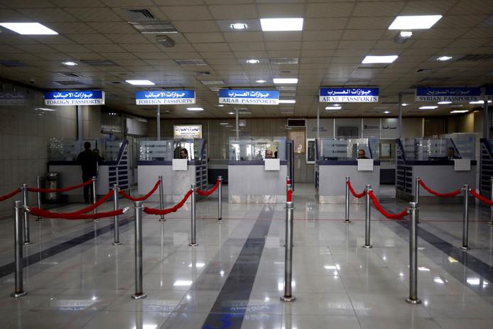 De balies van de paspoortcontrole worden sinds acht jaar voor het eerst weer bemand.