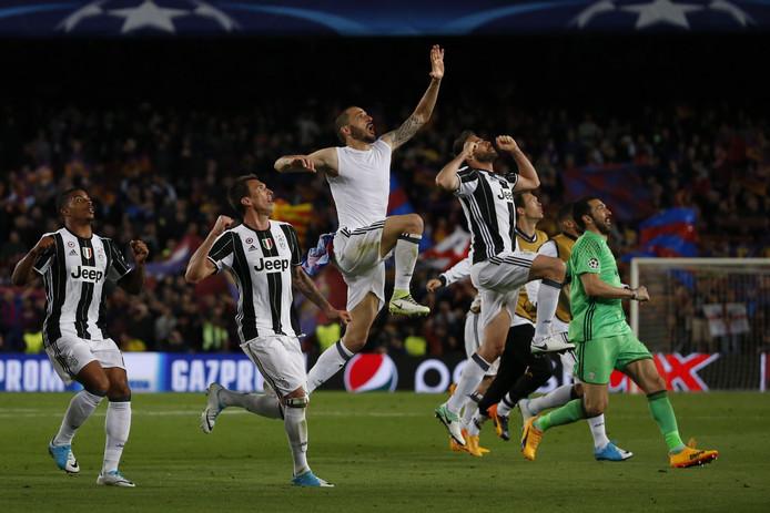 De spelers van Juventus springen een gat in de lucht na het bereiken van de halve finale van de CL.