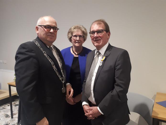 Burgemeester Hofland heeft een koninklijke onderscheiding uitgereikt aan Jannes van de Willige. Diens vrouw Jennie is er ook blij mee.