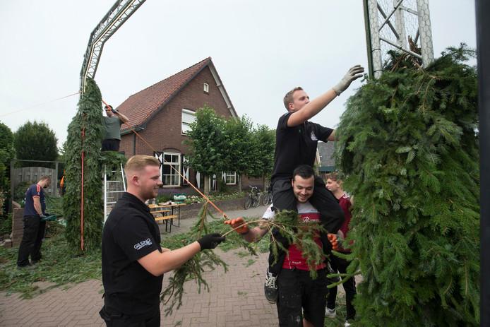 Bogen bouwen in Nieuw-Dijk.