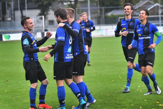 Blijdschap bij Millingen, eerder dit seizoen. Dirk Spann (links) ontbrak tegen Nijmegen omdat hij vader is geworden.