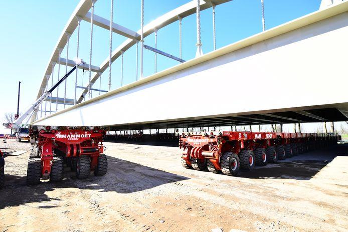 De spoorbrug komt te staan op SPMT's en deze karretjes rijden haar naar d'r plek.