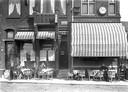 Café Veerzicht, hoek Buiten Walevest. Circa 1910. Met mooi terras als wachtplaats voor het veer.