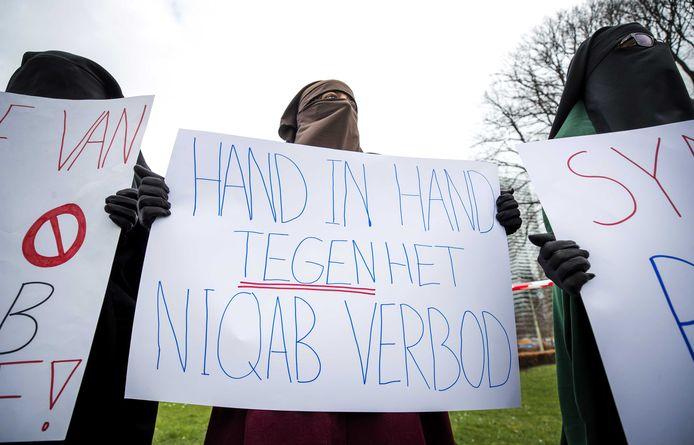 Betogers met gezichtsbedekkende kleding tijdens het protest op de Koekamp in Den Haag tegen het niqabverbod.