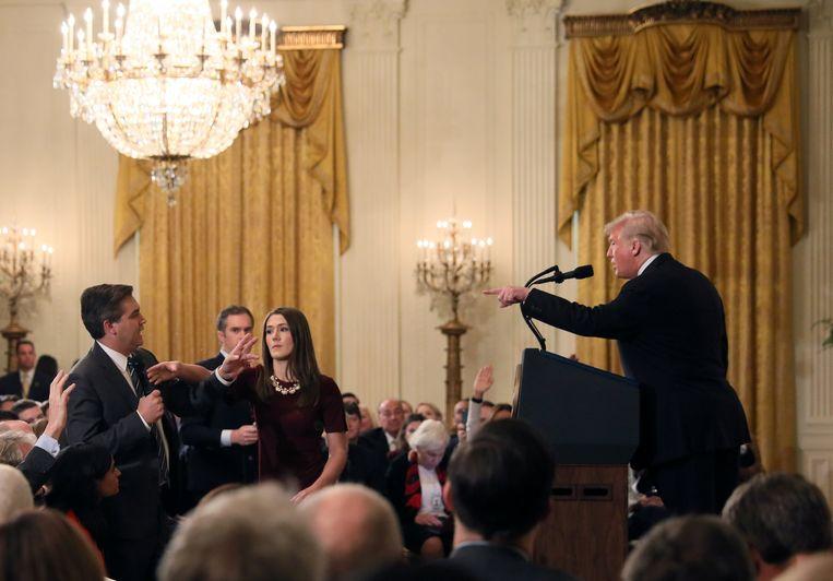 Het moment waarop een vrouwelijke stagiaire van het Witte Huis de microfoon van CNN-verslaggever Jim Acosta probeert af te pakken, terwijl hij haar probeert tegen te houden.