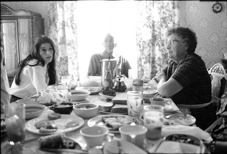 Gentry aan tafel bij haar grootouders, Chickasaw Country, Mississippi, 1967. Beeld Getty