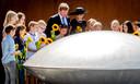 Koning Willem-Alexander en koningin Máxima tijdens de onthulling van het Nationaal Monument MH17 in 2017.