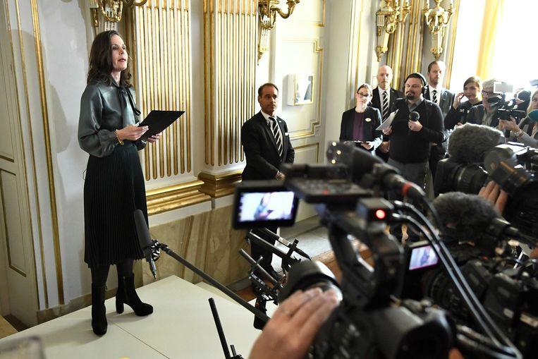 Secretaris Sara Danius van de Nobel-organisatie maakt in Stockholm bekend dat de Nobelprijs voor literatuur naar de Japans-Britse auteur Kazuo Ishiguro gaat. Beeld EPA