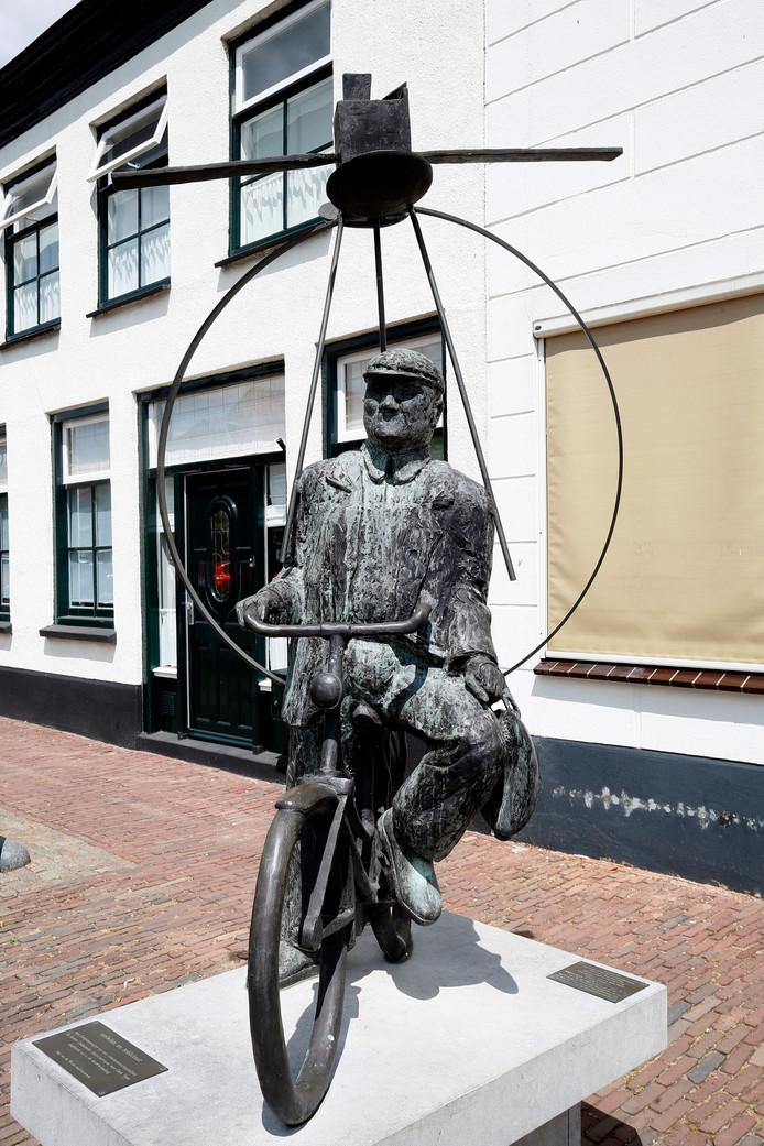 Middenin het Lekdorp staat ook een fraai beeld van Gerrit Veen, de voormalige dorpsomroeper op de fiets, compleet met bekken en stok.