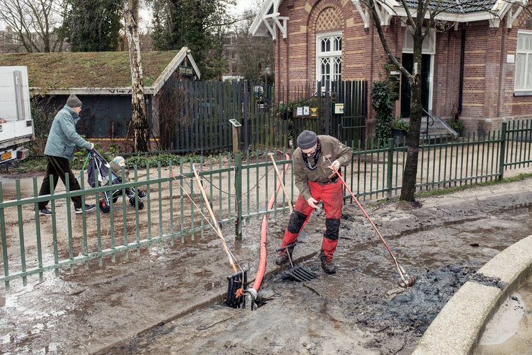 Werk aan de afwatering van het Sarphatipark.  Beeld Jakob Van Vliet