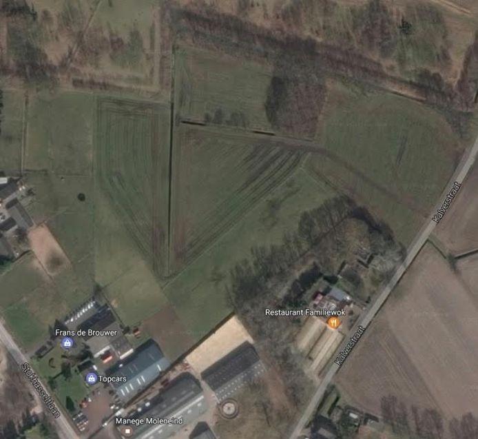 Op de weilanden rechts naast en achter Familiewok zijn de woongebouwen gepland.