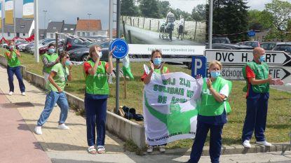 """Medewerkers DVC Heilig Hart applaudisseren voor de zorg: """"Vergeet ons niet! Ook niet na de coronaperiode"""""""