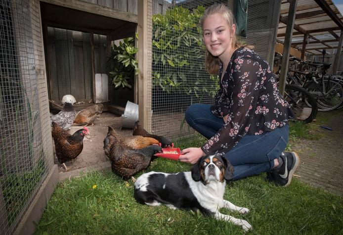 Julia Stellinga bij haar eigen dieren in de tuin.