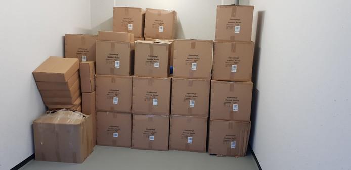 Dozen met spullen die volgens de politie worden gebruikt voor de productie van synthetische drugs.