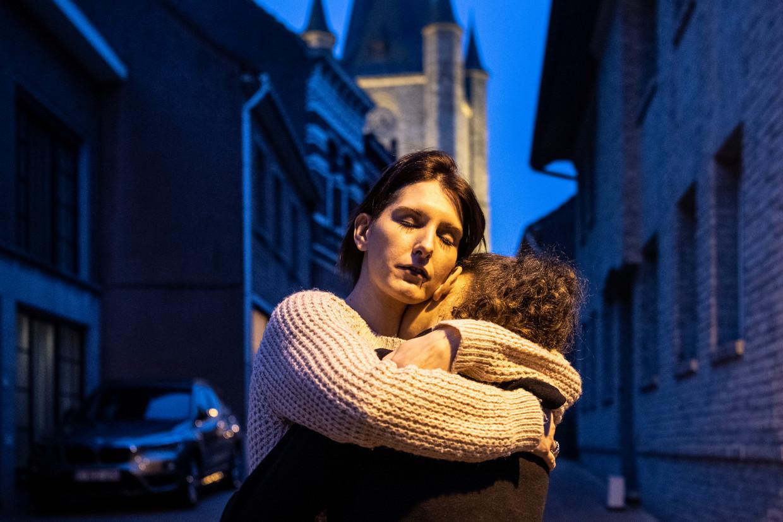 Sylvie Keymolen en haar dochter. 'De kinderen zijn veilig nu, maar ik ben bang voor hun toekomst. Ze hebben zoveel meegemaakt, ik weet dat ze nooit meer dezelfde zullen zijn.'
