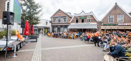 Kerkplein Ommen vol met Oranjekijkers