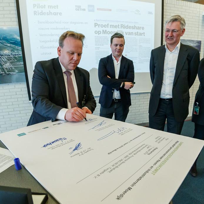 Wethouder Thomas Zwiers ondertekende in maart bij Shell Moerdijk de overeenkomst voor de vervoersproef.